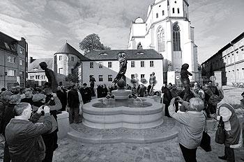 """Einweihung des Generationenbrunnens """"Lebenskreis"""" auf dem Domplatz Halle (Saale)"""